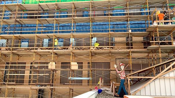 Waldo az építkezésen