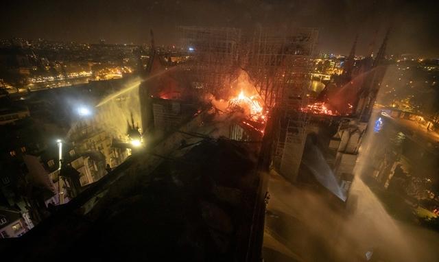 Lángol a Notre Dame