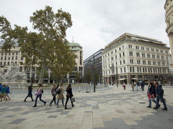 Újra a gyalogosoké a Vörösmarty tér