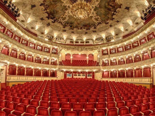 Megnyitották a felújított prágai Állami Operát.