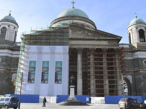 Megkezdték az esztergomi bazilika homlokzatának felújítását