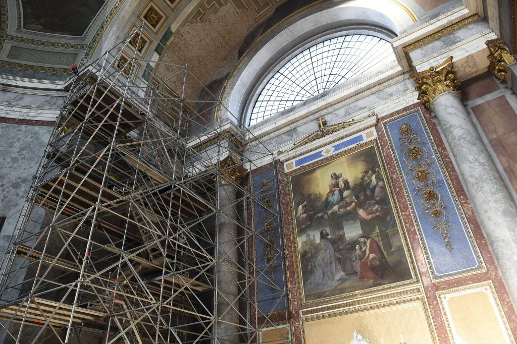 Állványzat a felújítás alatt álló esztergomi bazilikában