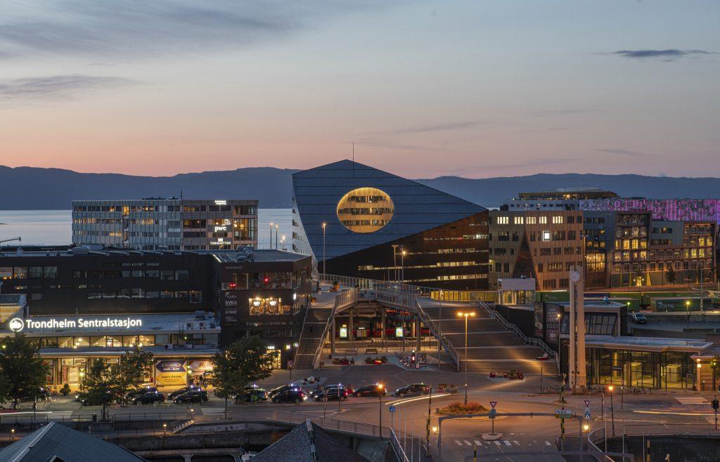 Norvégiában egy olyan energiapozitív épületet építettek fel, ami nem csupán több energiát termel, mint amennyit használ, hanem a közeli fogyasztók között hatékonyan el is tudja osztani a többletet.
