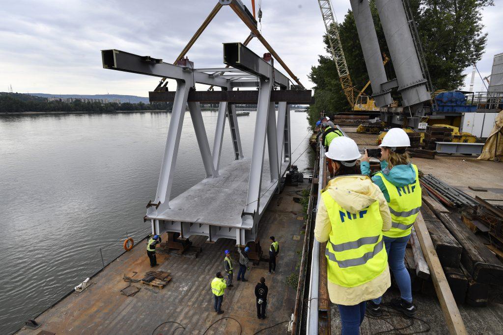 A hídelem a beemelés előtt. Fotó: MTI/Máthé Zoltán