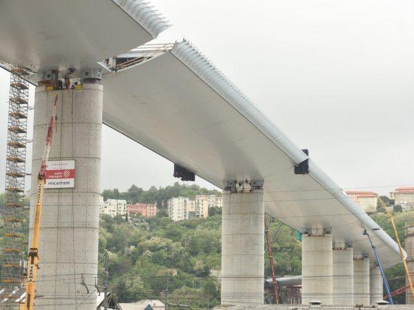 Az újjáépített genovai híd utolsó eleme is a helyére került