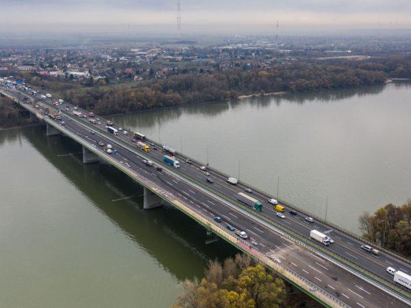 Várhatóan szeptemberben 2x3 sávon haladhat a forgalom a hárosi Duna-hídon