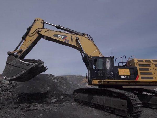 Caterpillar 390 FL: a bányaudvar 90 tonnás kotrója