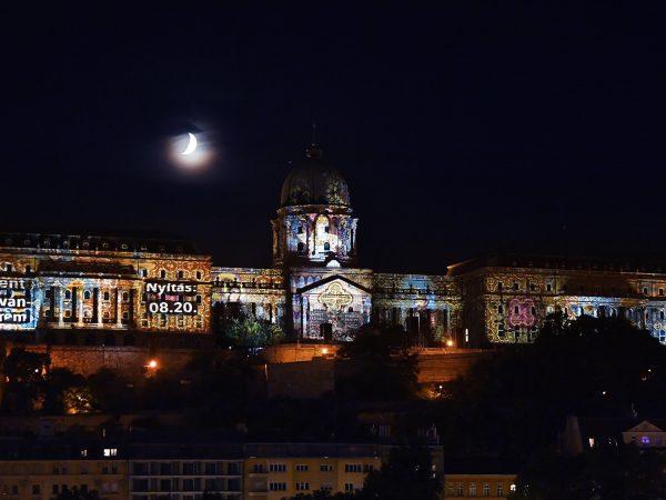Fényfestés díszíti a Budavári Palotát
